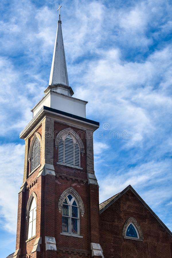 Kyrklig kyrktorn för tegelsten - första Lutherankyrka, Decorah, Iowa arkivbilder