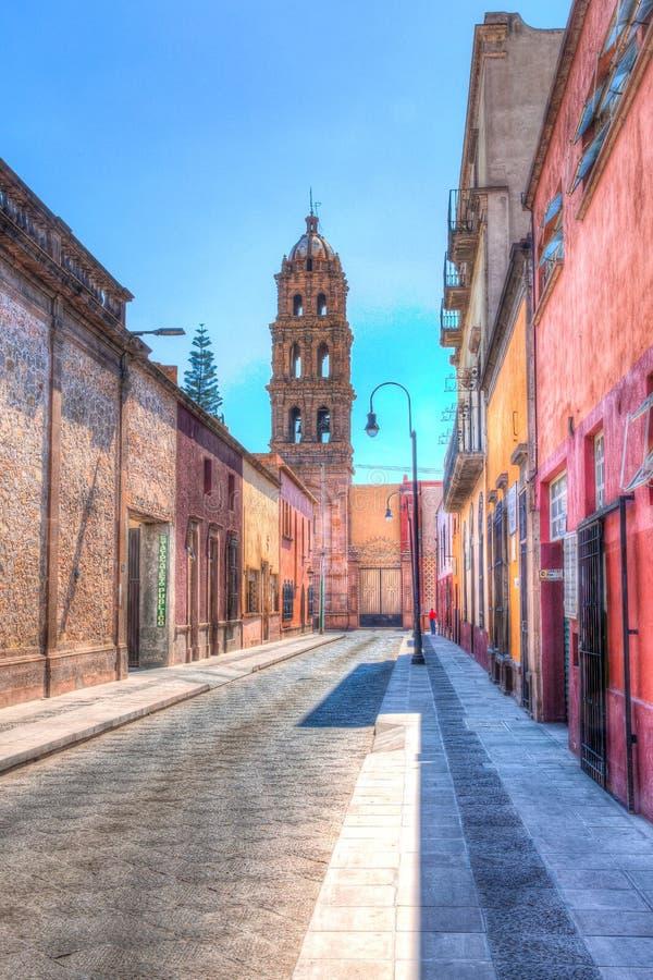 Kyrklig kyrktorn i gammalt avsnitt av i stadens centrum San Luis Potosi, Mexic royaltyfria bilder