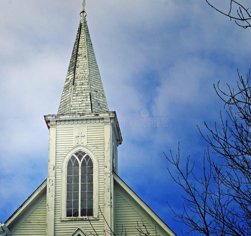 Kyrklig kyrktorn mot himlen arkivbilder