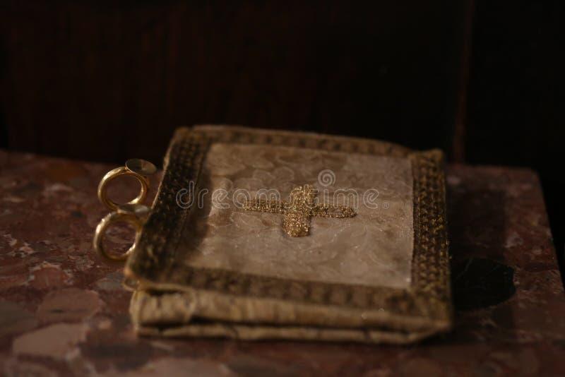 Kyrklig linne med kors broderad guld arkivbild