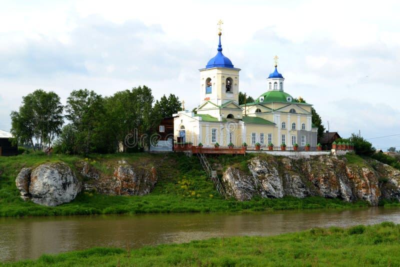 kyrklig near flod Ural Ryssland arkivfoton
