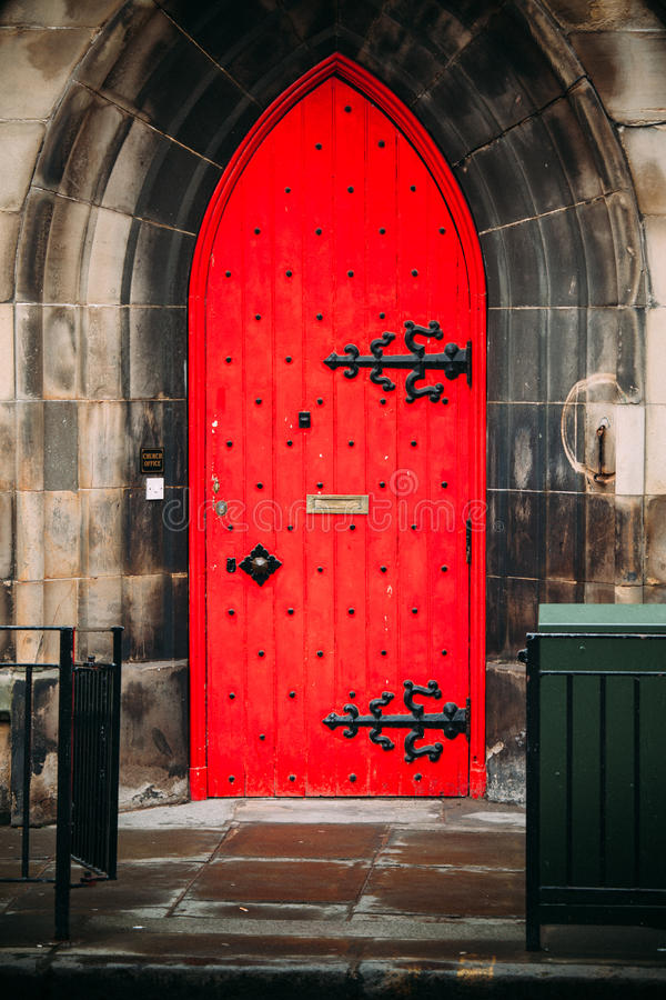 Kyrklig röd dörr royaltyfria bilder