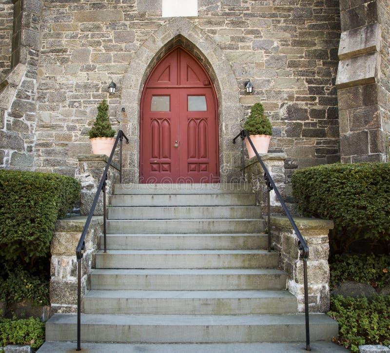 Kyrklig röd dörr för sten arkivbilder