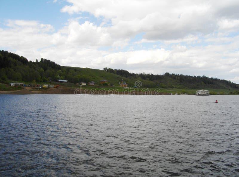 Kyrklig sikt från långt Vänstersidabanken av den Kama floden royaltyfri fotografi