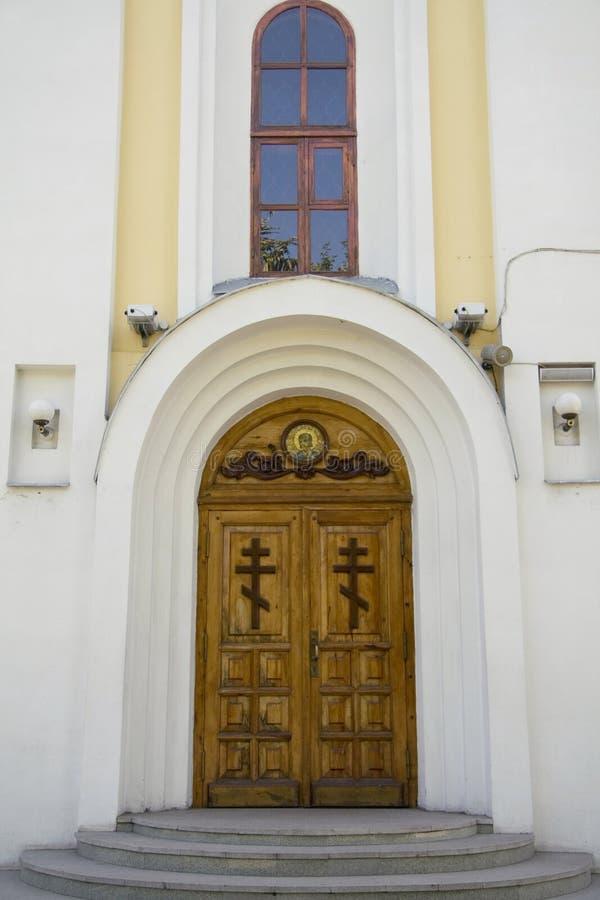 kyrklig stängd dörr royaltyfri fotografi