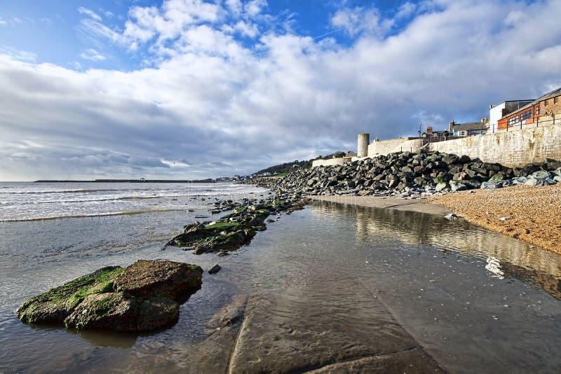 Kyrklig strand - Lyme Regis royaltyfri bild