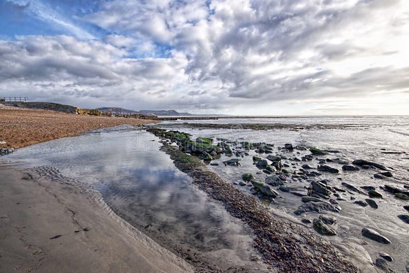 Kyrklig strand - Lyme Regis arkivfoton