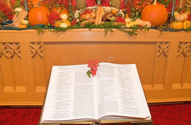 kyrklig tacksägelse för altare royaltyfria bilder