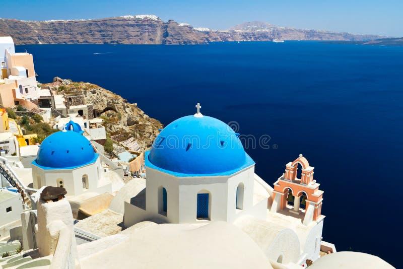 Kyrkliga Cupolas och tornet Klocka på Santorini fotografering för bildbyråer