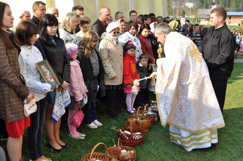 kyrkliga easter ortodoxa parishioners royaltyfria bilder