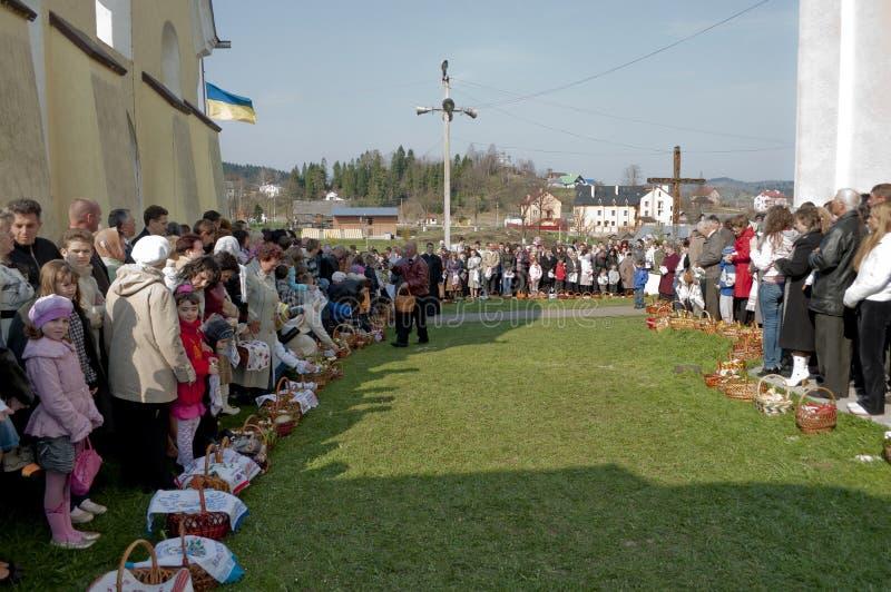 kyrkliga easter ortodoxa parishioners royaltyfri foto