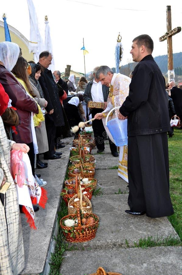 kyrkliga easter ortodoxa parishioners royaltyfri fotografi