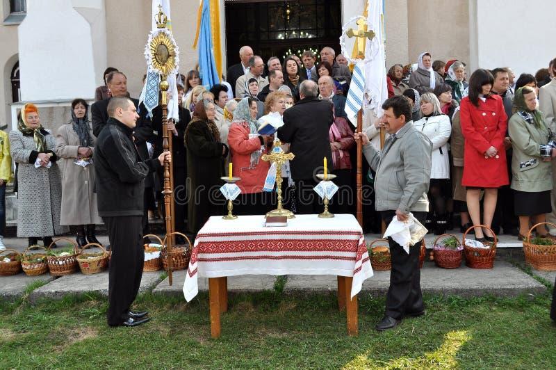 kyrkliga easter ortodoxa parishioners royaltyfria foton