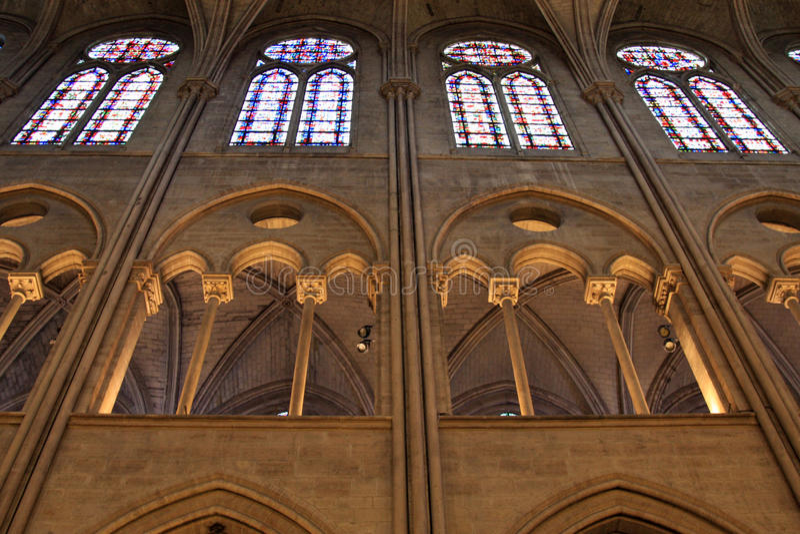 Kyrkliga glass fönster för lighting och för fläck royaltyfri bild