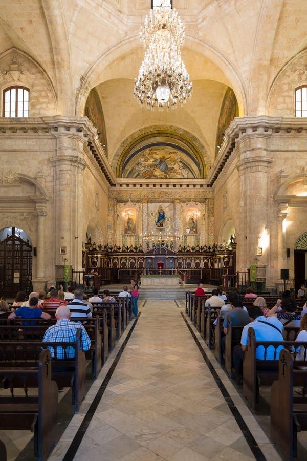 Kyrkliga goers som deltar i mass på domkyrkan av havannacigarren arkivbild