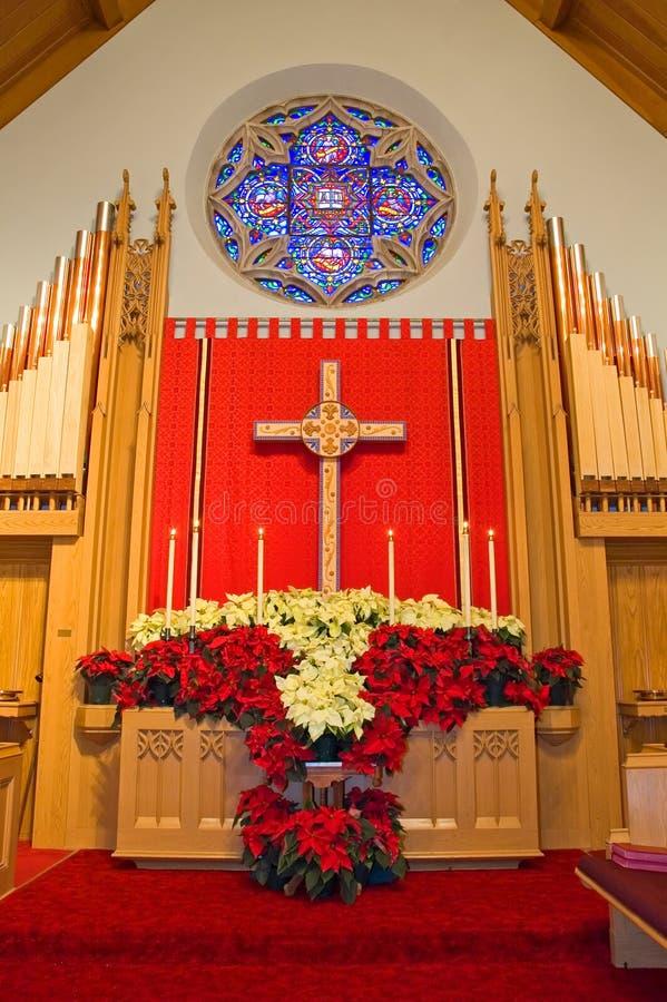 kyrkliga julstjärnor för altare royaltyfria foton