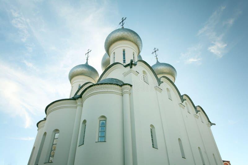 Kyrkliga kupoler mot himlen arkivbilder