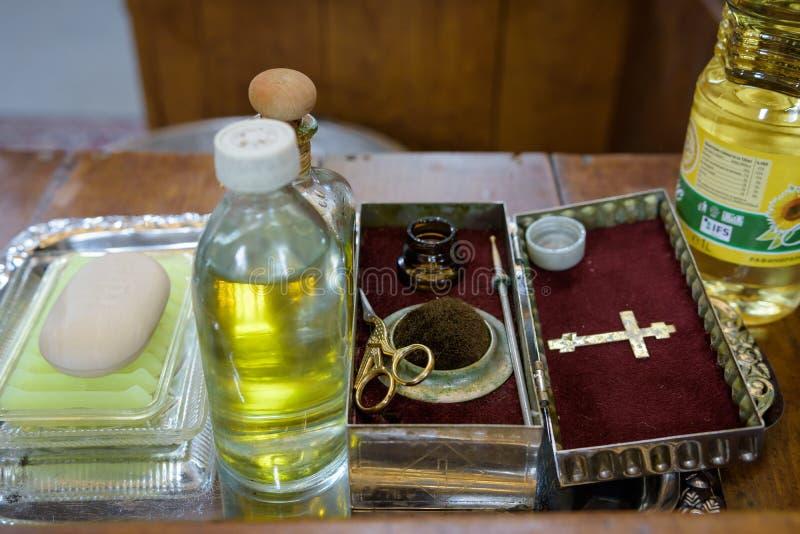 Kyrkliga redskap på altaret, ollon, ceremoni av vattendopet, olika objekt som behövs för dopdop - olja, tvål, scissor royaltyfri bild