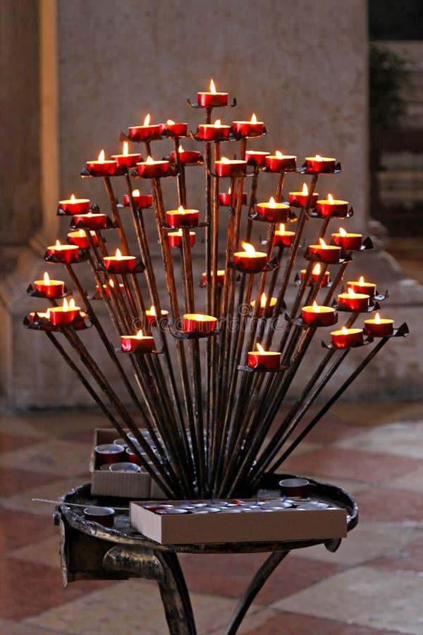 Download Kyrkliga stearinljus fotografering för bildbyråer. Bild av stearinljus - 27288803