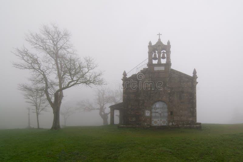 kyrkligt dimmigt arkivfoton