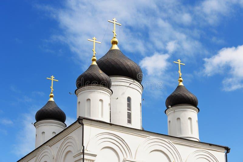 kyrkligt ortodoxt Kupoler av den Uspenskiy kloster i blå himmel arkivbild
