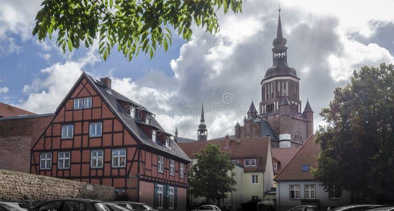 Kyrkligt torn för St Mary ` s, Stralsund, Tyskland fotografering för bildbyråer