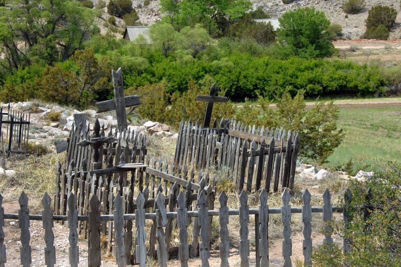 Kyrkogård av mycket gamla gravar royaltyfri foto