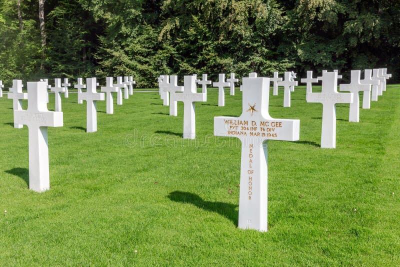 Kyrkogård för amerikan WW2 med den minnes- monumentet och gravstenar i Luxembourg royaltyfri foto