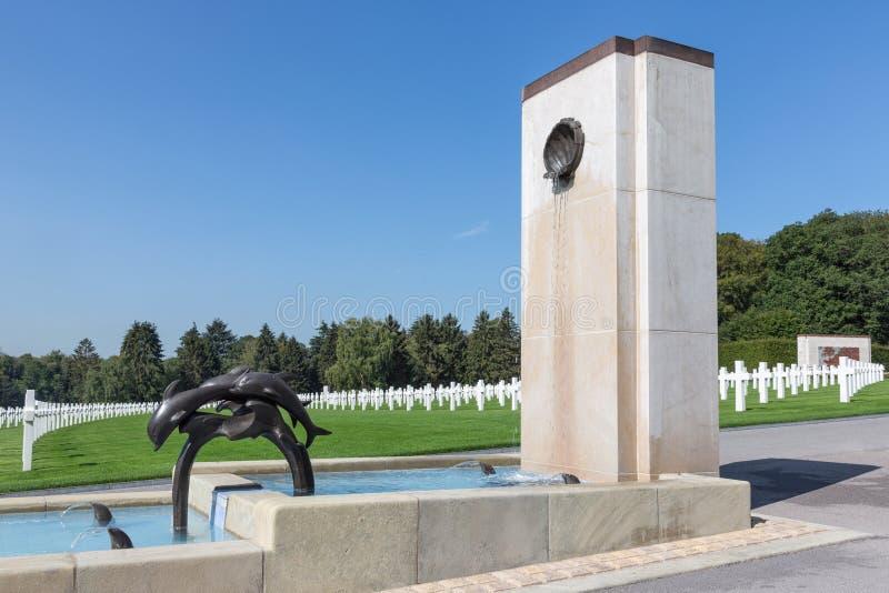 Kyrkogård för amerikan WW2 med den minnes- monumentet och springbrunnen i Luxembourg arkivfoton