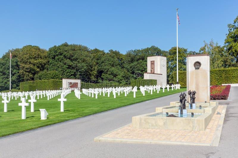 Kyrkogård för amerikan WW2 med den minnes- monumentet och springbrunnen i Luxembourg royaltyfri fotografi