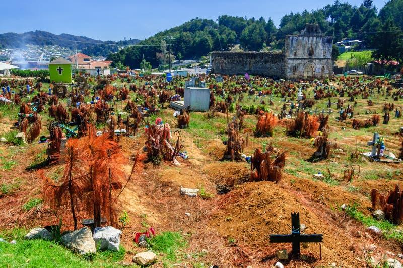 Kyrkogård & fördärvad kyrka, San Juan Chamula, Mexico royaltyfria bilder