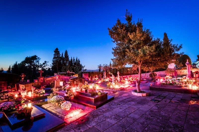 Kyrkogård i sydlig Kroatien, Dalmatia färglinje nattfotografi arkivbilder