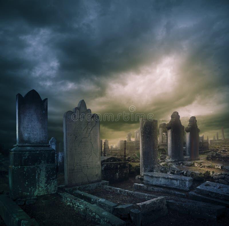 Kyrkogård kyrkogård med tombstones på natten royaltyfri bild