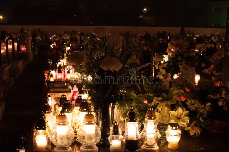 Kyrkogård - kyrkogårdar som tänds av stearinljusljus royaltyfria foton