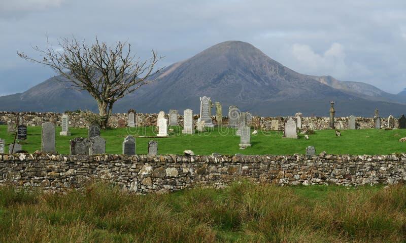 Kyrkogård nära Broadford på ön av Skye i Skottland royaltyfria bilder