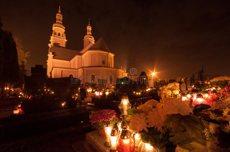 Kyrkogård och kyrka - all helgondag royaltyfri foto