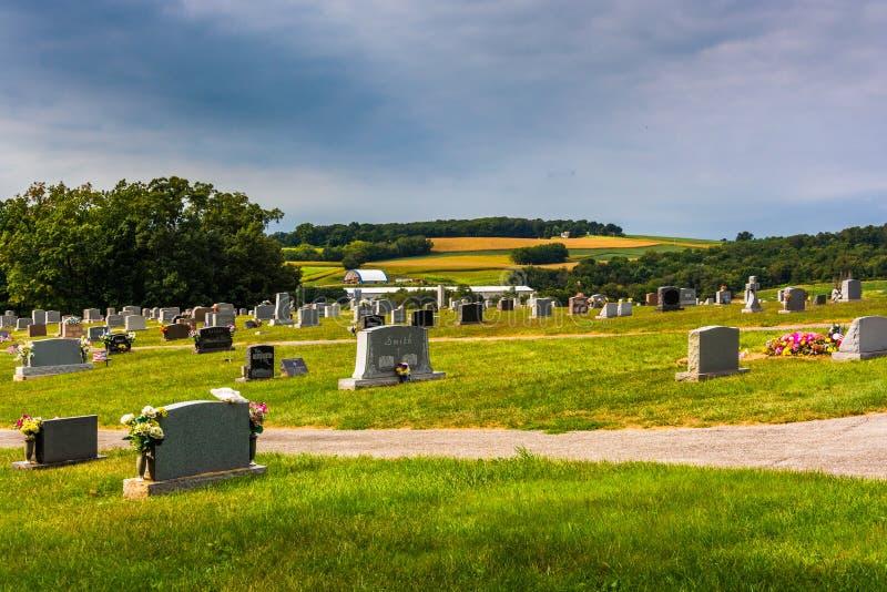 Kyrkogård och sikt av Rolling Hills i York County, Pennsylvania royaltyfria bilder