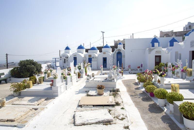 Kyrkogård på Santorini Ortodox kyrkogård i den Santorini ön, Grekland arkivbild