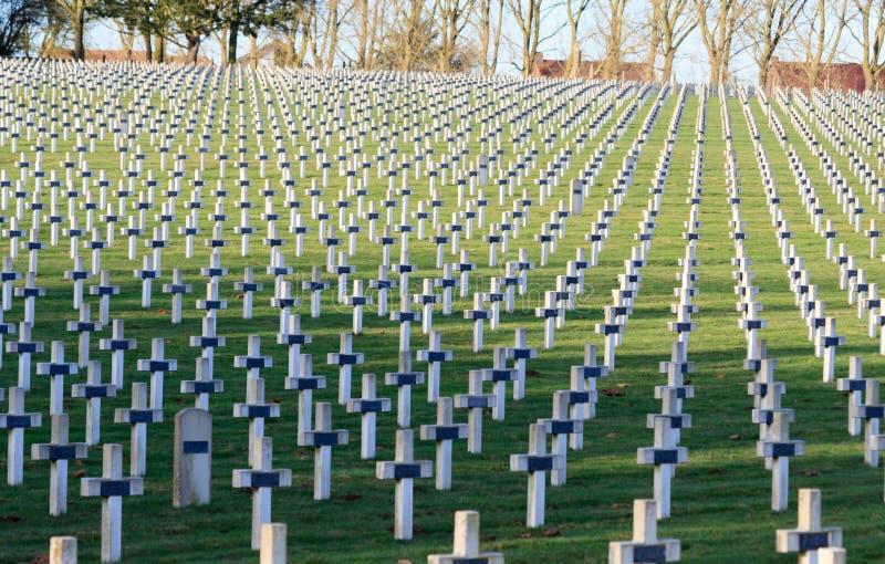 Kyrkogården av franska tjäna som soldat från världskrig 1 i Targette royaltyfri foto