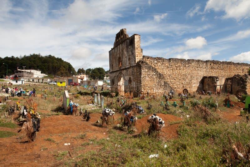 Kyrkogården av San Juan Chamula, Chiapas, Mexico royaltyfria foton