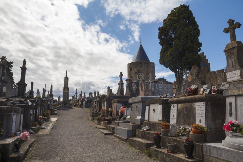 Kyrkogården av staden, i Carcassonne arkivbild