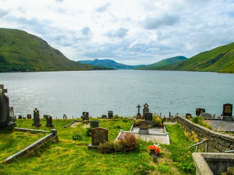 Kyrkogårdkyrkogård över att se sjön Connemara, Galway, Irland arkivbild