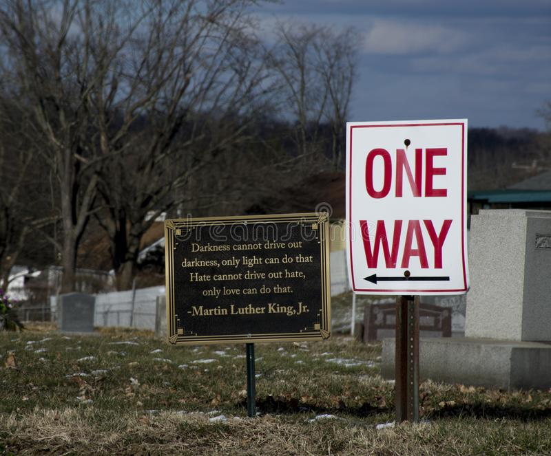 Kyrkogårdtecken med citationstecken från MArtin Luther King royaltyfria foton