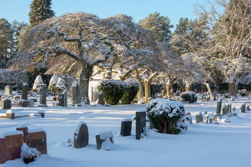 Kyrkogårdvinterlandskap arkivfoton