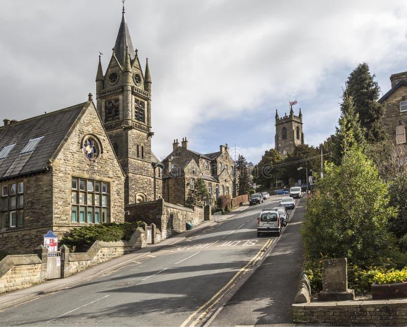 Kyrkor på huvudvägen på den Pateley bron, North Yorkshire, England, UK royaltyfri fotografi