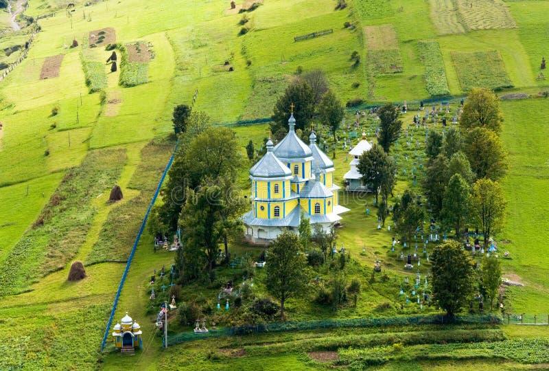 kyrktaga den små byn för berg royaltyfri fotografi