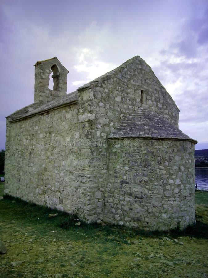 Kyrktaga från det 15th århundradet i den kroatiska staden Posedarje arkivbild
