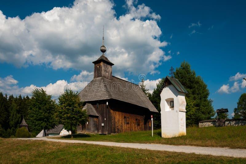 Kyrktaga från Rudno - museet av den slovakiska byn, je för JahodnÃcke há, svalan, Slovakien royaltyfri foto