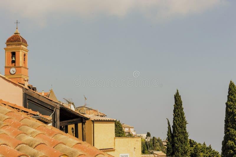 Kyrktaga i den medeltida Provencal byn av den Roquebrune locksvalan i franska Riviera royaltyfria bilder