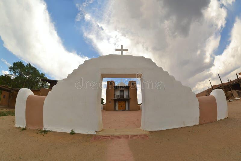 Kyrktaga i den Taos puebloen som är ny - Mexiko royaltyfria bilder